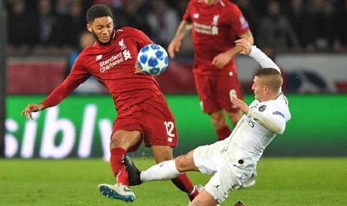 Pha vào bóng nguy hiểm của Verratti với Gomez nhưng tiền vệ của PSG chỉ nhận thẻ vàng. Ảnh: AFP.