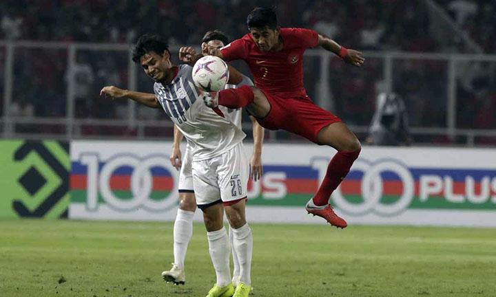 Philippines (áo trắng) được cho là chơi không hết sức ở lượt trận cuối gặp Indonesia, do đối thủ tranh vé vào bán kết với họ - Singapore - đã thua đội đầu bảng Thái Lan. Ảnh: AFF.