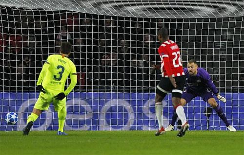 Cú chạm bóng của Pique khiến thủ môn đối phương thêm một lần bị bất ngờ.