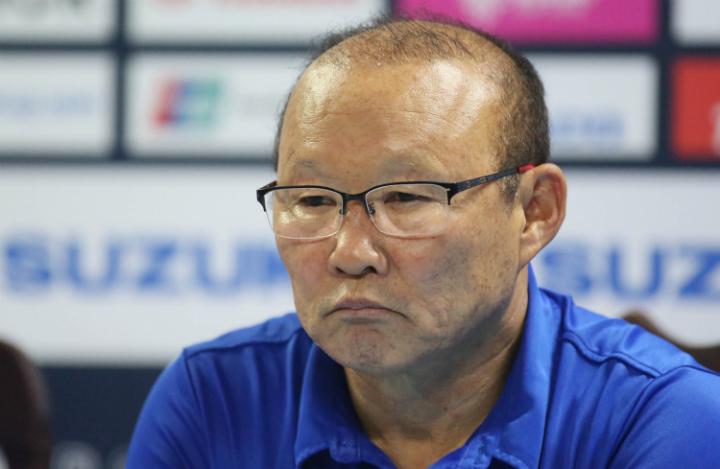 Thầy Park trả lời họp báo sau trận đấu trên sân của Philippines. Ảnh: Đức Đồng.