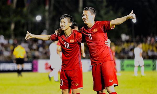 Văn Đức (trái) và Anh Đức là hai cầu thủ ghi bàn cho Việt Nam tối 2/12. Ảnh: Đức Đồng.