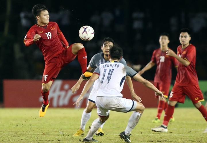 Quang Hải (số 19) là cầu thủ Việt Nam bị Philippines phạm lỗi nhiều nhất tối 2/12. Ảnh: Lâm Đồng.