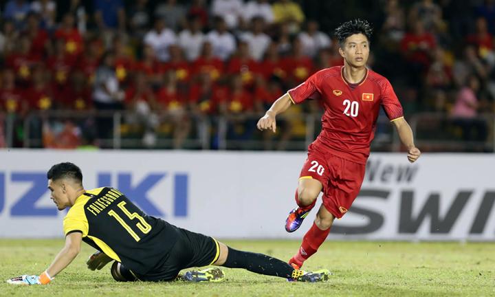 Văn Đức được bầu là cầu thủ hay nhất trận bán kết lượt đi giữa Việt Nam và Philippines. Ảnh: Đức Đồng.