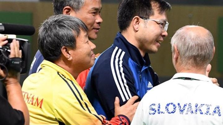 Park Chung-gun (áo vàng) là HLV Hàn Quốc đầu tiên gây được tiếng vang ở Việt Nam. Ảnh: Reuters.