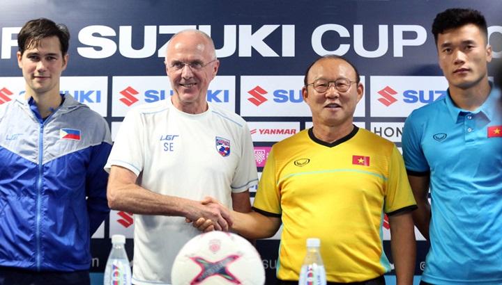 HLV Park Hang-seo (áo vàng) có cơ hội so tài với những đồng nghiệp hàng đầu thế giới như Sven-Goran Erikson (áo trắng) khi tới Việt Nam. Ảnh: Đức Đồng.
