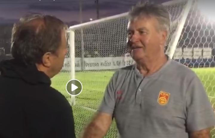 Sự xuất hiện của Hiddink khiến người Thái bất ngờ. Ảnh chụp màn hình.