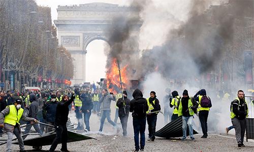 Bạo loạn khiến hai trận PSG - Montpellier và Toulouse - Lyon bị hoãn vào cuối tuần này. Ảnh: Time.