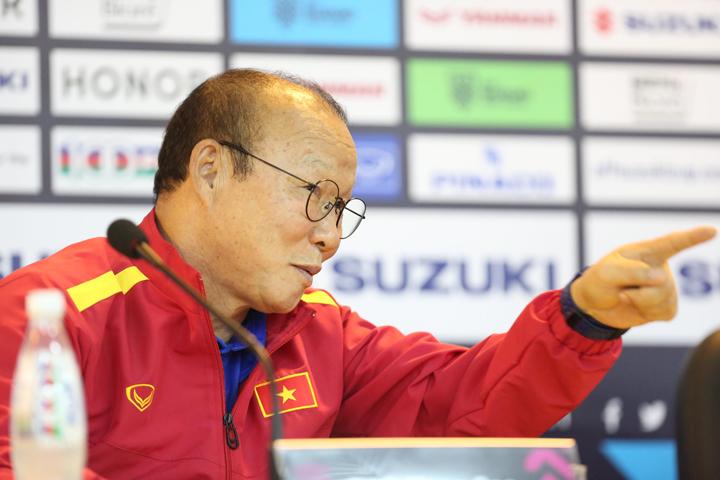 HLV Park Hang-seo trả lời phỏng vấn ở trụ sở Liên đoàn bóng đá Việt Nam, một ngày trước trận quyết chiến với Philippines. Ảnh: Đức Đồng.