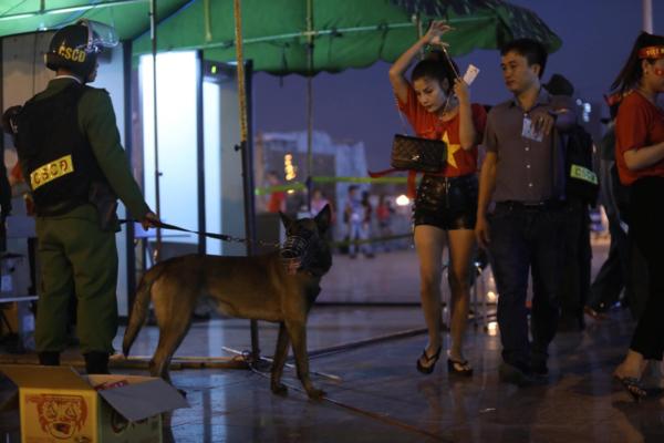 Lực lương an ninh sử dụng chó nghiệp vụ đi tuần và kiểm soát quanh sân. Cửa kiểm tra cấm mang nước vào sân, tất cả chai lọ phải bỏ ở ngoài.