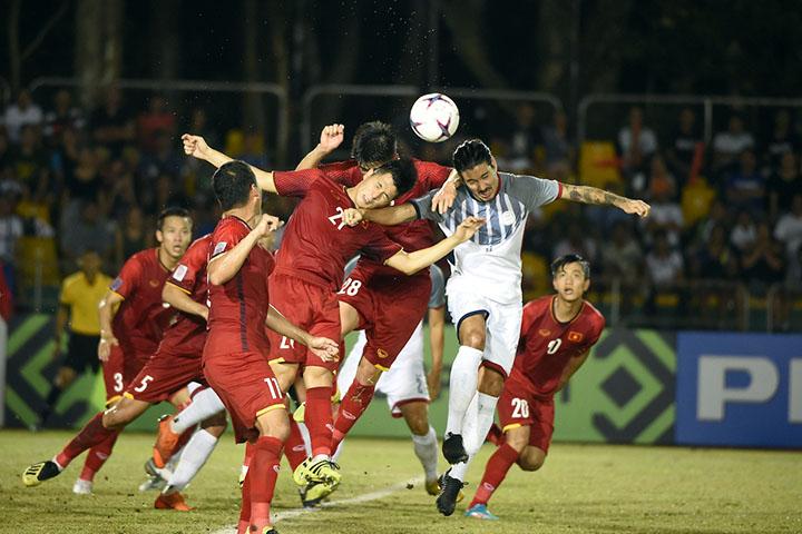 De Murga (áo trắng) trong pha tranh chấp với cầu thủ Việt Nam. Ảnh: AFF.