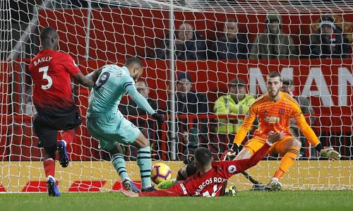 Lacazette ghi bàn sau khi vào sân thay người. Ảnh:Reuters.