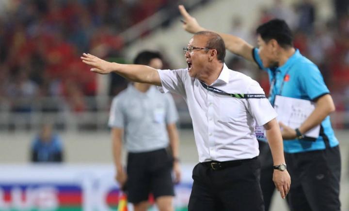 HLV Park Hang-seo chỉ đạo các cầu thủ thi đấu tập trung lúc cuối trận đấu trên sân Mỹ Đình, hôm nay. Ảnh: Đức Đồng.