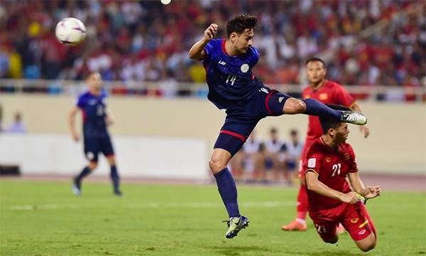 Đình Trọng đánh đầu phá bóng ngay trước mũi giày cầu thủ Philippines cho thấy sự quyết tâm của các cầu thủ Việt Nam. Ảnh:Giang Huy.