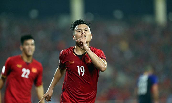 Quang Hải (số 19) hiện là chân sút số một của Việt Nam ở AFF Cup 2018. Anh cùng ghi được ba bàn như Anh Đức vàCông Phượng. Ảnh: Lâm Đồng.