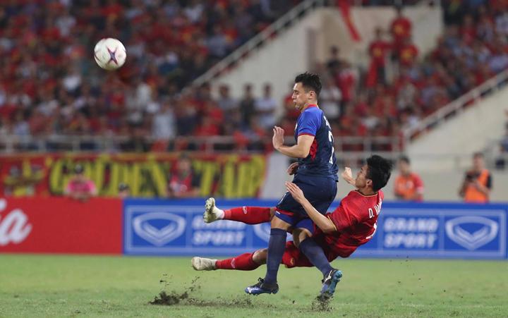 Đoàn Văn Hậu cắt phá một đợt tấn công của cầu thủ Philippines. Ảnh: Đức Đồng.
