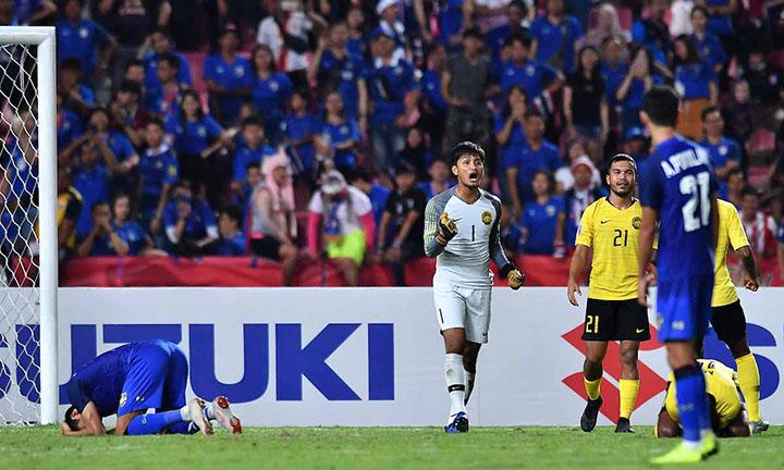 Farizal vui mừng sau khi Adisak sút hỏng phạt đền ở bán kết lượt về hôm 5/12. Ảnh: AFF.
