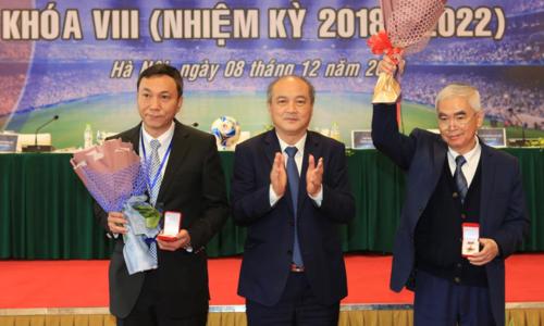 Ông Tuấn (trái) được trao kỷ niệm chương Vì sự nghiệp phát triển của bóng đá Việt Nam tại Đại hội hôm nay.