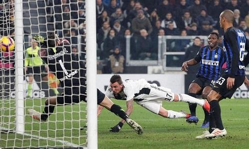 Pha đánh đầu của Mandzukic mang về chiến thắng cho Juventus trước Inter. Ảnh: Reuters.