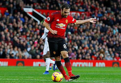 Pha đệm bóng thành bàn của Mata ở phút 28. Ảnh: PA.