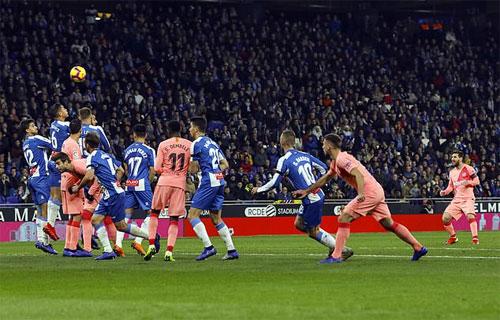 Hàng rào của Espanyol không thể ngăn bàn thua. Ảnh: Reuters