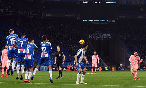 Messi sút phạt hàng rào thành công lần thứ hai.
