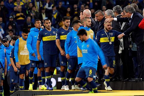 Cầu thủ Boca Juniors buồn bã khi lên nhận huy chương bạc.