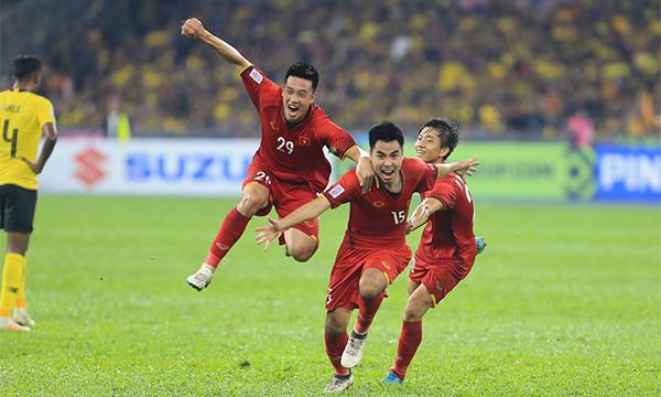 Đức Huy (số 15) và Huy Hùng (29) là hai tiền vệ phòng ngự, nhưng đều đã ghi bàn bằng các tình huống lên tham gia tấn công hợp lý, mang lại lợi thế rất lớn cho Việt Nam. Ảnh: Đức Đồng.