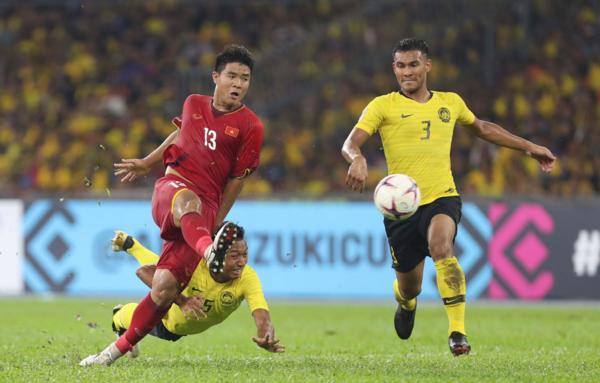 Nền tảng thể lực còn tốt của Đức Chinh giúp cầu thủ này khoét vào khoảng trống hàng thủ Malaysia nhưng thiếu may mắn để có bàn thắng. Ảnh:Đức Đồng.