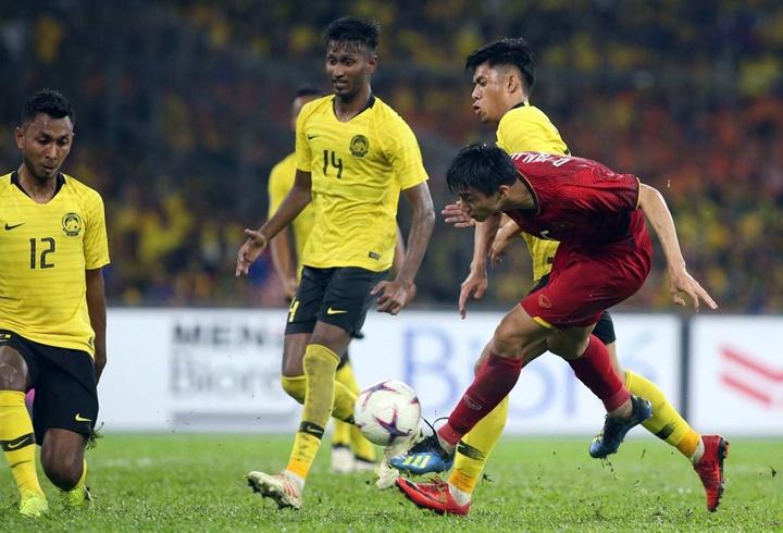 Mặt sân Bukit Jalil tối 11/12 bị sũng nước do cơn mưa lớn trước giờ bóng lăn. Cầu thủ Việt Nam có nhiều tình huống khống chế bỏng hỏng và lỡ mất cơ hội ghi bàn. Ảnh: Lâm Đồng.