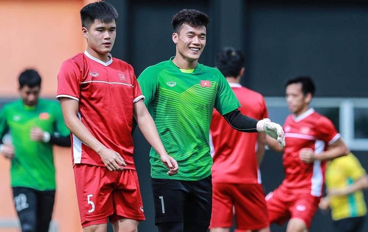 Dù để vuột chiến thắng Malaysia một cách tiếc nuối, cầu thủ Việt Nam vẫn tỏ ra vui vẻ thoải mái trên sân tập sáng 12/12. Ảnh: Đức Đồng.