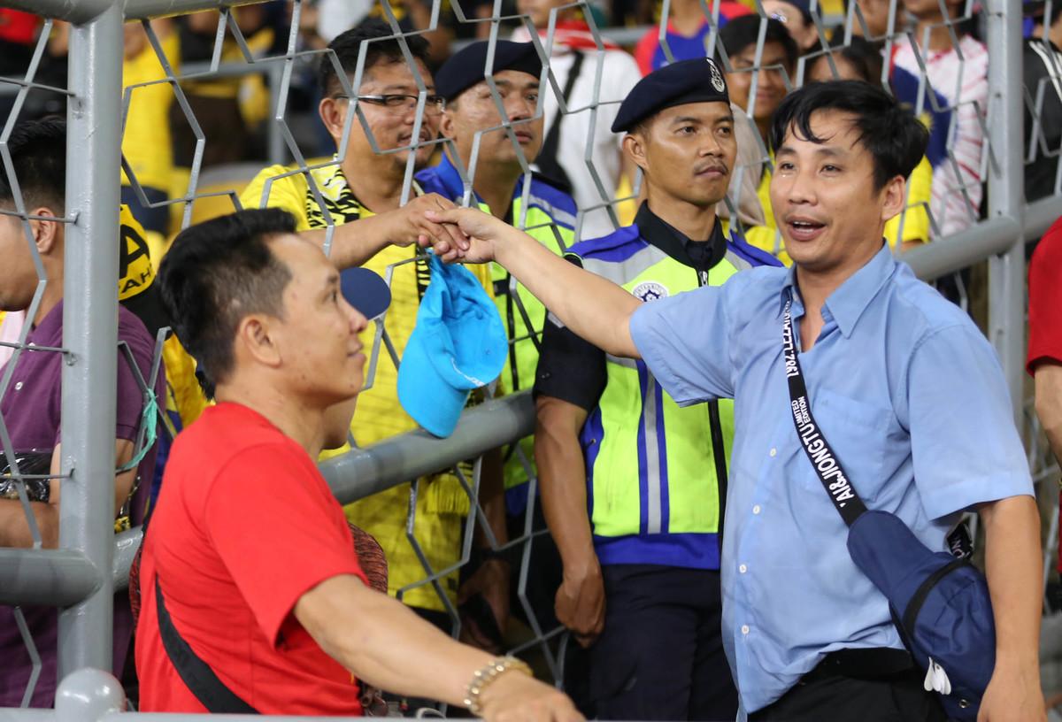 Nét đẹp nơi khán đài trận Malaysia - Việt Nam