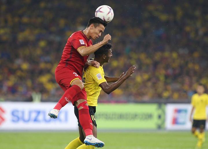 Ngọc Hải truy cản tiền đạo Malaysia trong trận hòa 2-2 tại Bukit Jalil ngày 11/12. Ảnh: Lâm Thỏa