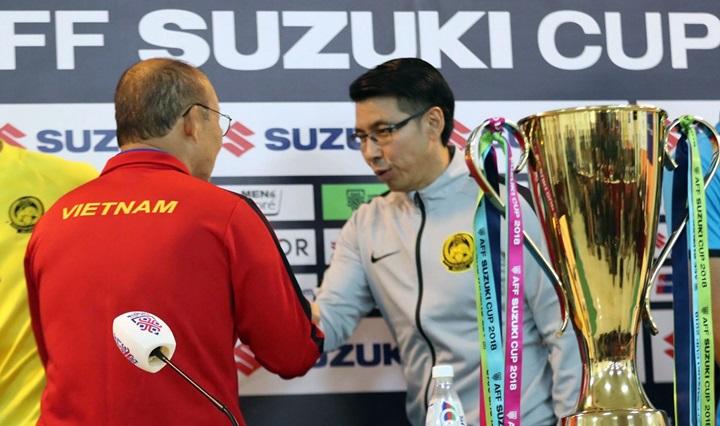 HLV Park Hang-seo (trái) và Tan Cheng Hoe bắt tay trước khi bắt đầu họp báo. Ảnh: Đức Đồng.