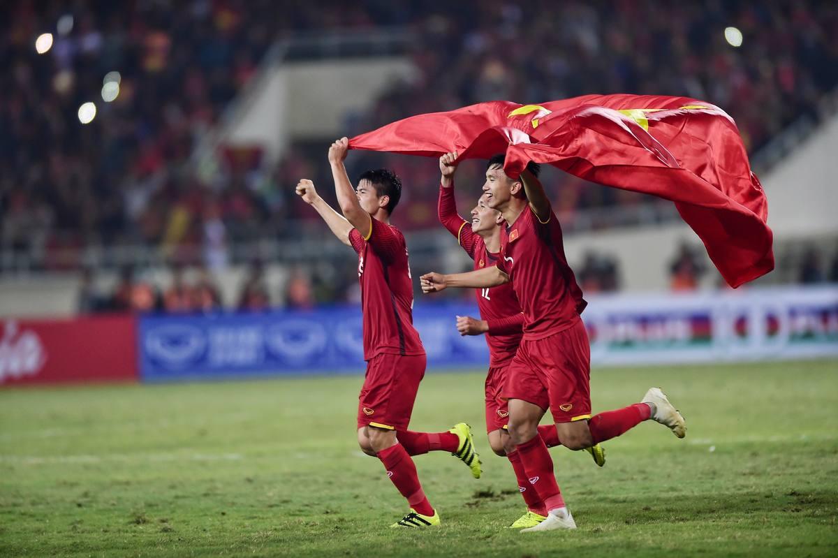 Văn Lâm òa khóc, Quang Hải hóa trang mừng vô địch AFF Cup