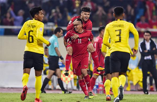 Anh Đức (số 11) mừng bàn thắng cùng Quang Hải. Ảnh: Đức Đồng.