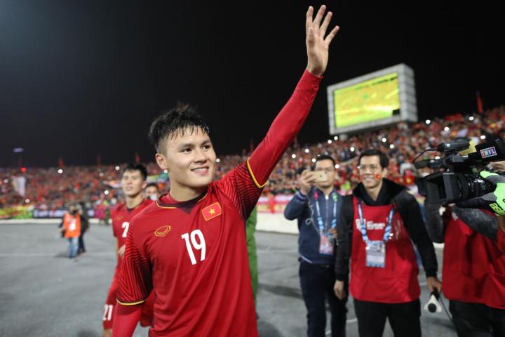 Quang Hải được bầu là cầu thủ hay nhất giải đấu. Ảnh:Lâm Đồng.