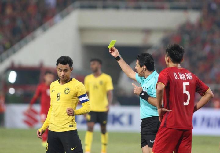 Đội trưởng MalaysiaZaquan Adha nhận thẻ vàng sau pha phạm lỗi với Văn Lâm. Ảnh: Lâm Đồng.