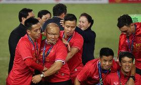 Văn Quyết và Ngọc Hải bế thầy Park lên nhận cup vô địch
