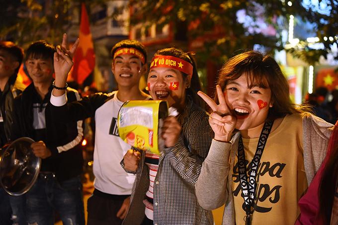Tòa nhà đổi màu mừng chiến thắng của đội tuyển Việt Nam - ảnh 4