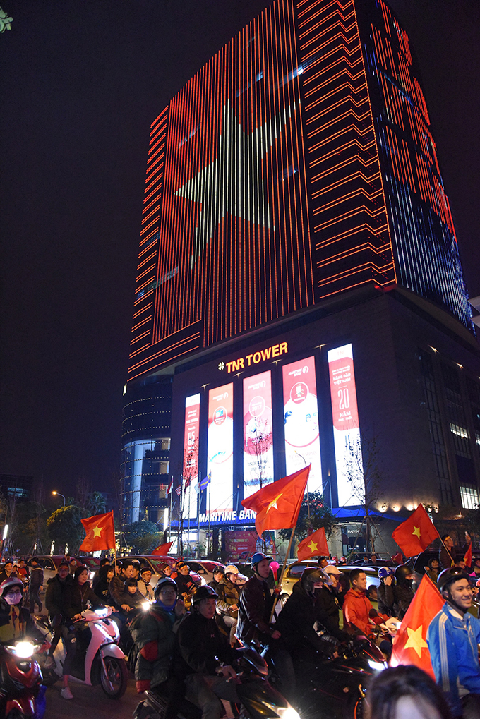 Tòa nhà đổi màu mừng chiến thắng của đội tuyển Việt Nam - ảnh 1