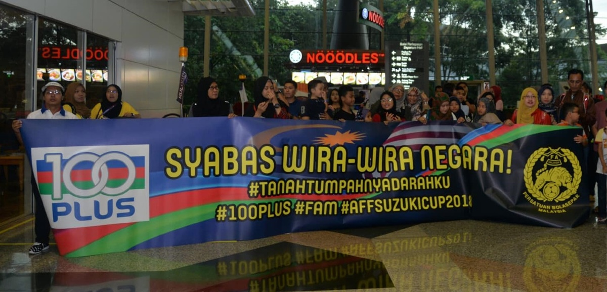 Người hâm mộ đội mưa đón đội tuyển Malaysia