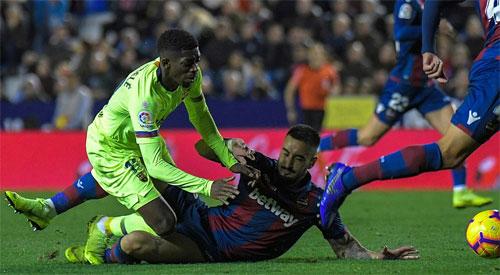 Không những thua đậm, Levante còn mất người sau tình huống Cabaco phạm lỗi với Dembele ở phút 76.