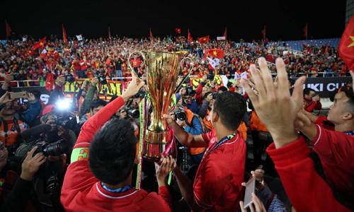Đội tuyển Việt Nam nâng cao chiếc cup vô địch sau 10 năm chờ đợi.