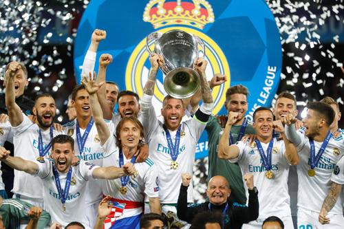 Thủ quân Sergio Ramos nâng Cup cùng các đồng đội.