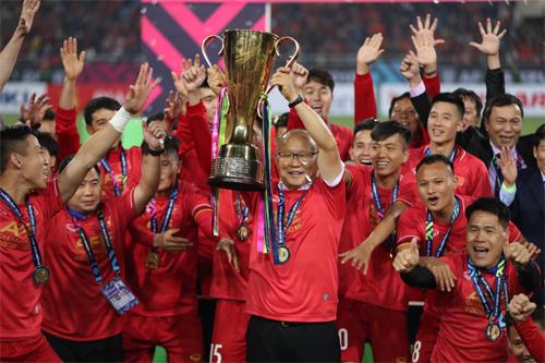 Thầy trò HLV Park Hang-seo nâng Cup sau trận chung kết lượt vềthắng Malaysia ở Mỹ Đình. Ảnh: Đức Đồng.