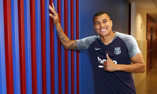 Murillo hạnh phúc trong ngày ra mắt Barca, hôm 20/12. Ảnh: FCB.