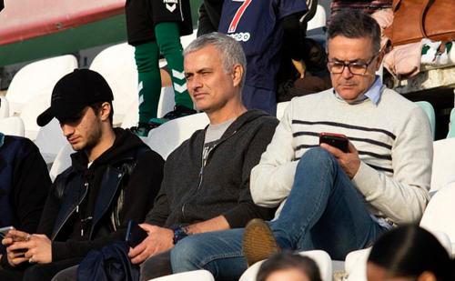 Mourinho đi cùng con trai Jose (trái).