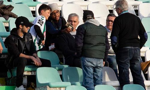 Nhiều CĐV đến thăm hỏi và xin chụp ảnh cùng Mourinho.
