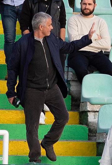 Mourinho vẫy chào khi nhận được những tiếng vỗ tay đón chào của khán giả.