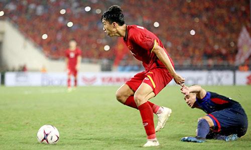 Văn Hậu liên tục được HLV Park Hang-seo sử dụng bên hành lang trái, kể từ giải U23 châu Á, đến Asiad 2018 và AFF Cup. Ảnh: Fox Sports.